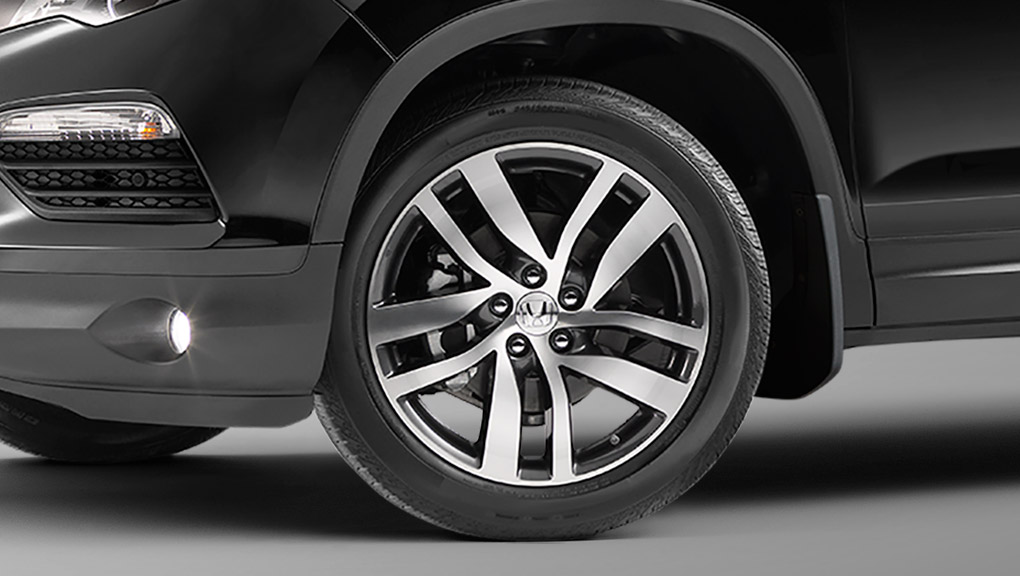 A closeup of the stylish wheels of the 2019 Honda Pilot.