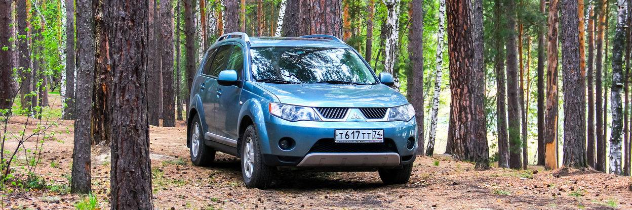 Mitsubishi Outlander in the countryside.
