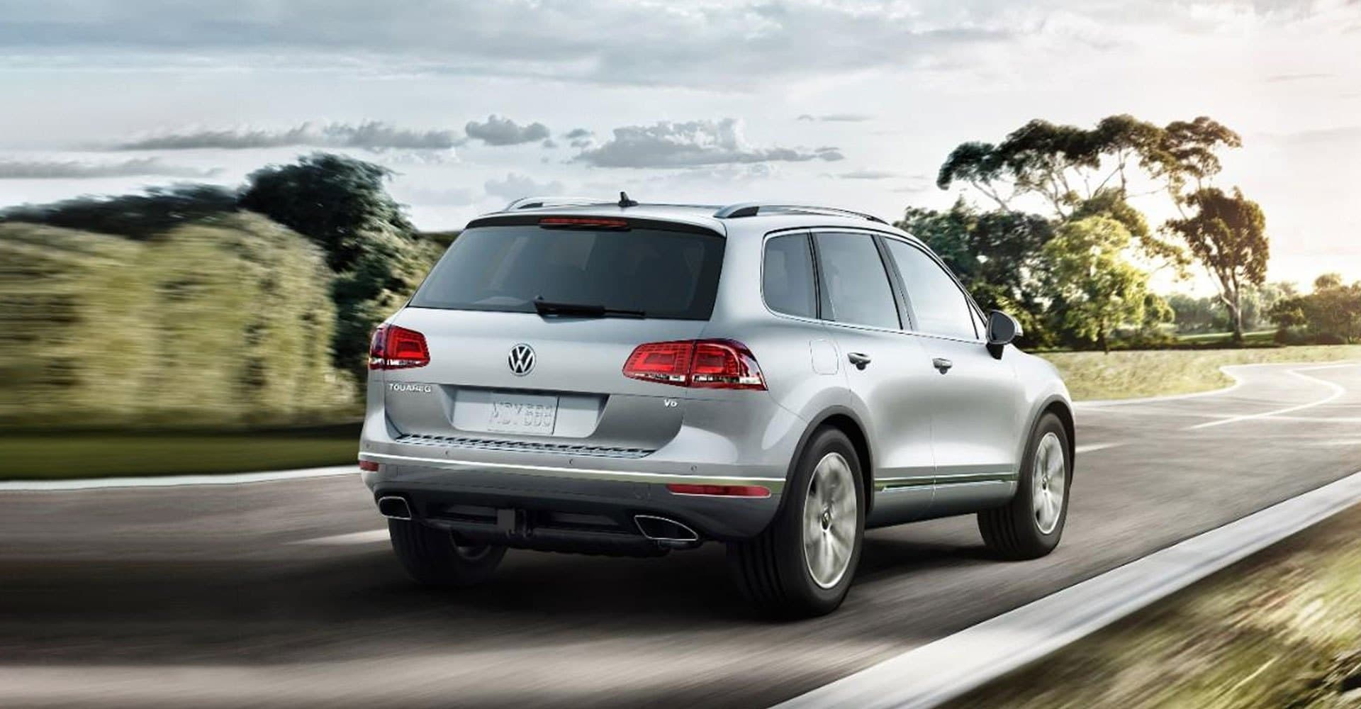 Rear 3/4 view of the VW Touareg driving through the highway
