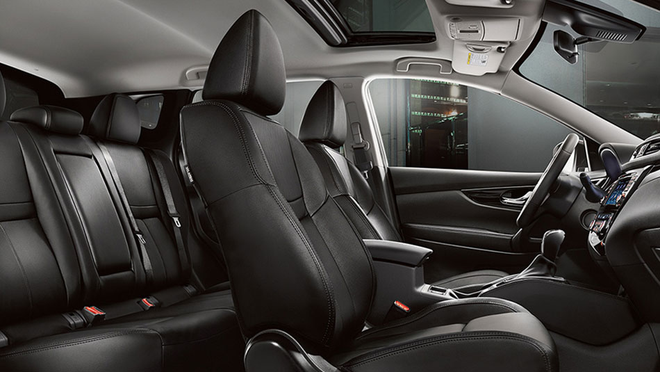 Nissan Qashqai® SL AWD interior side profile shown in Charcoal Leather with optional equipment