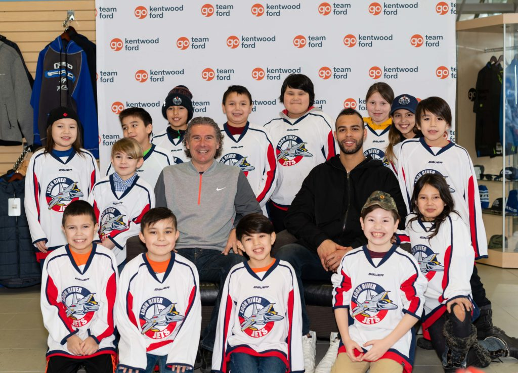 The Loon River Jets Minor Hockey Team pose with Gene Principe and Darnell Nurse