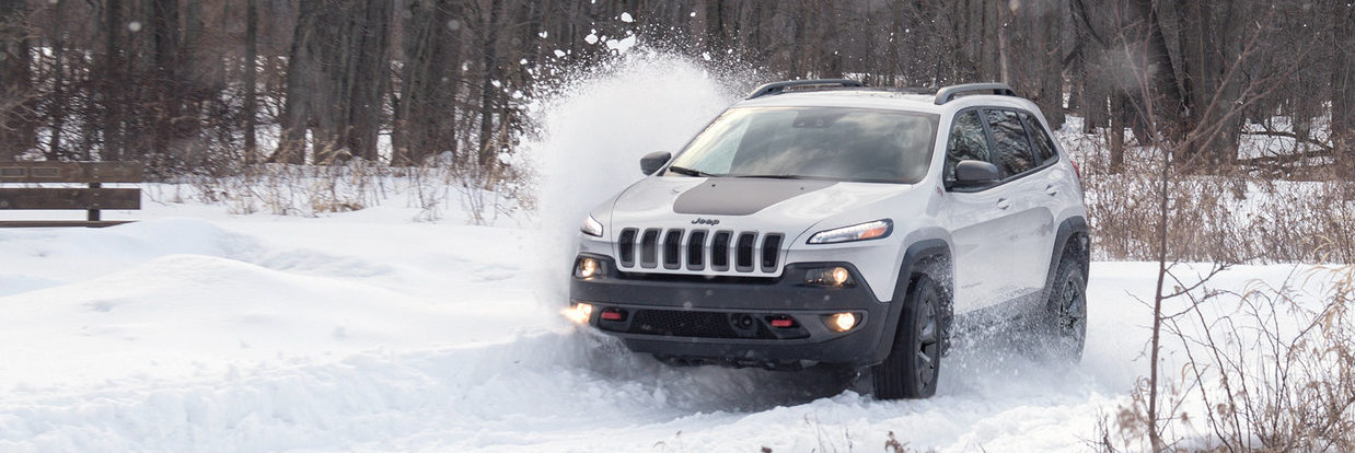 2018 Jeep Cherokee driving through the snow