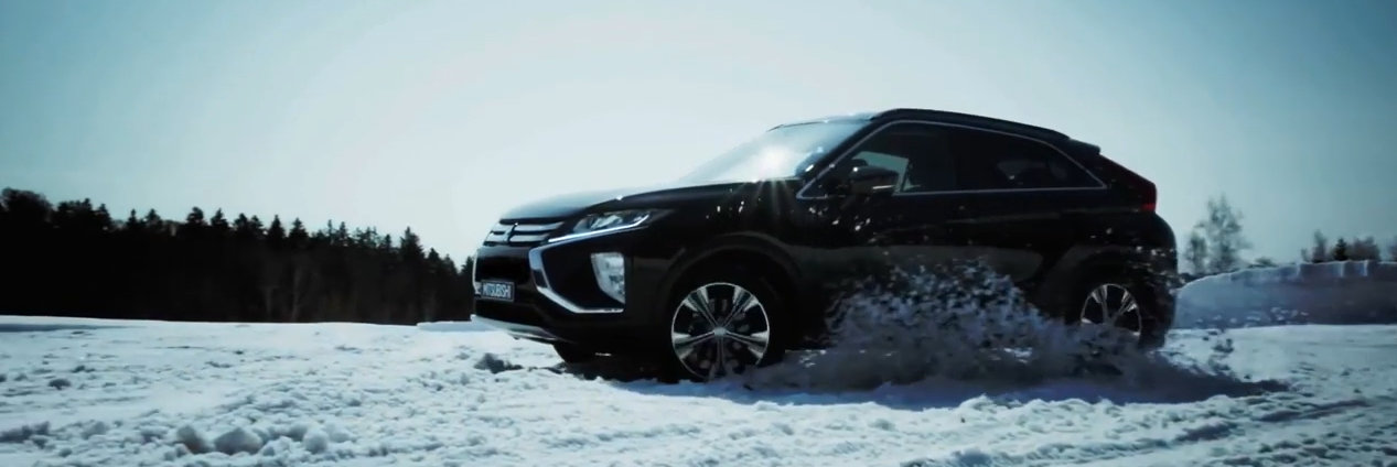 Mitsuishi Eclipse Cross Driving in the Snow wit S-AWC